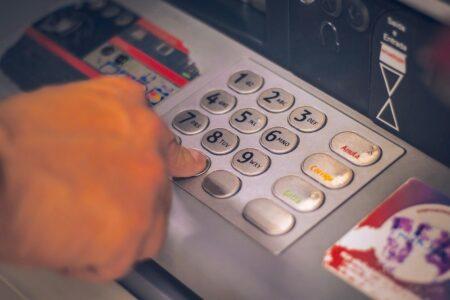 海外旅行中にクレジットカードでATMを使う時のポイント