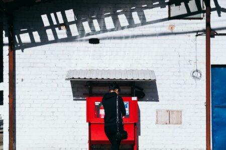 ATMのカード挿入口に設置されたスキミングの機械に注意