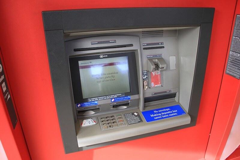 海外旅行中にクレジットカードでATMを使って現金を下ろす時に注意すべきことと対処法