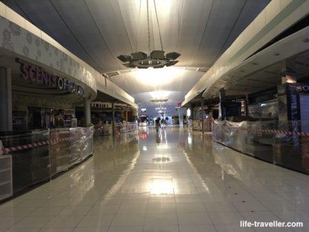 スワンナプーム国際空港の閉まった免税店