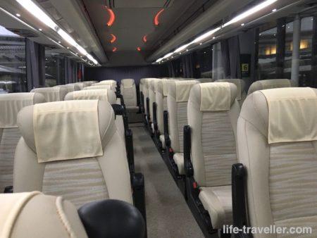 入国者向けのバスの内部